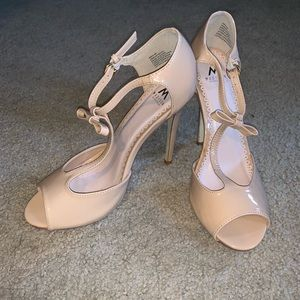 NWOT tan high heels with bow